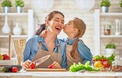 Szczęśliwa rodzina w kuchni zdjęcie stock