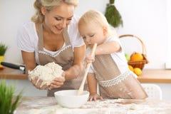Szczęśliwa rodzina w kuchni Matki i dziecka córki kulinarny wakacyjny kulebiak ciastka dla matka dnia lub obrazy stock