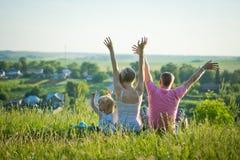 Szczęśliwa rodzina w naturze Obraz Royalty Free
