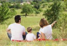 Szczęśliwa rodzina w naturze Zdjęcia Royalty Free