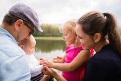 Szczęśliwa rodzina w naturze jeziorem w lecie zdjęcia stock