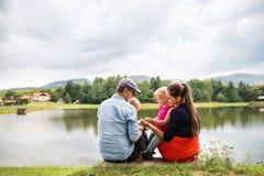 Szczęśliwa rodzina w naturze w lecie fotografia stock