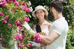 Szczęśliwa rodzina w ogrodowych kwiatach obrazy stock