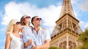 Szczęśliwa rodzina w Paris nad wieży eifla tłem Obraz Stock