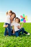 Szczęśliwa rodzina w plenerowym parku przy słonecznym dniem. Mama i dwa córka Fotografia Royalty Free