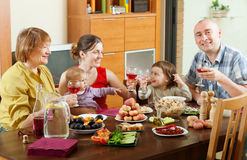 Szczęśliwa rodzina wokoło świątecznego stołu Obrazy Royalty Free