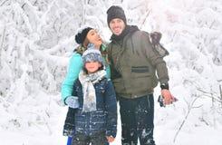 Szczęśliwa rodzina wpólnie: matka, ojciec i syn, obrazy stock