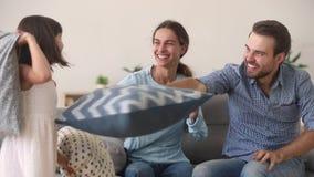 Szczęśliwa rodzina wychowywa z dzieciak córką ma zabawy poduszki walkę zbiory wideo