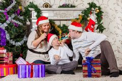 Szczęśliwa rodzina z Bożenarodzeniowymi prezentami. Fotografia Stock