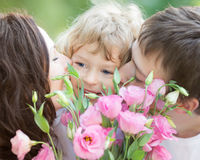 Szczęśliwa rodzina z bukietem wiosna kwiaty Zdjęcie Royalty Free
