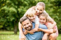 Szczęśliwa rodzina z chlildren obrazy royalty free