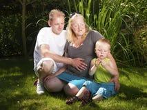 Szczęśliwa rodzina z ciężarną matką Obrazy Royalty Free