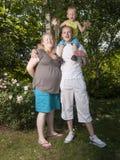 Szczęśliwa rodzina z ciężarną matką Zdjęcie Royalty Free