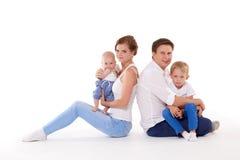 Szczęśliwa rodzina z dwa dziećmi Zdjęcie Royalty Free