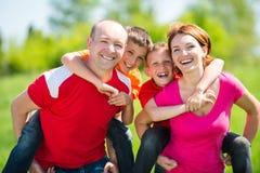 Szczęśliwa rodzina z dwa dziećmi na naturze Zdjęcia Royalty Free