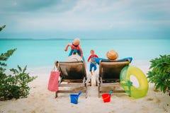Szczęśliwa rodzina z dwa dzieciakami na plaża wakacje Obrazy Royalty Free