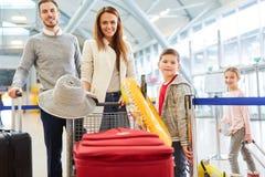 Szczęśliwa rodzina z dziećmi i bagażem zdjęcie royalty free