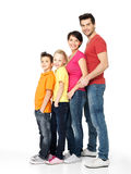 Szczęśliwa rodzina z dziećmi stoi wpólnie w linii Zdjęcia Royalty Free