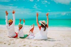 Szczęśliwa rodzina z dzieciak rękami up na plaży Obraz Stock