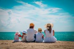 Szczęśliwa rodzina z dzieciakami cieszy się plaża wakacje zdjęcie stock