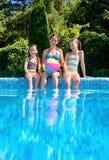 Szczęśliwa rodzina z dzieciakami ma zabawę w pływackim basenie na wakacje zdjęcie stock