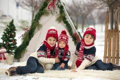 Szczęśliwa rodzina z dzieciakami, mieć zabawę plenerową w śniegu na Chrystus zdjęcia royalty free