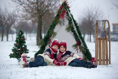 Szczęśliwa rodzina z dzieciakami, mieć zabawę plenerową w śniegu na Chrystus zdjęcie royalty free
