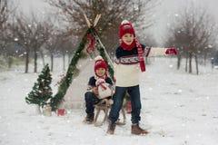 Szczęśliwa rodzina z dzieciakami, mieć zabawę plenerową w śniegu na Chrystus obraz royalty free