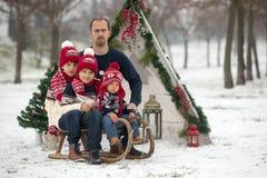 Szczęśliwa rodzina z dzieciakami, mieć zabawę plenerową w śniegu na Chrystus obrazy stock