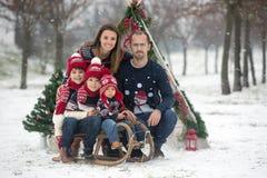 Szczęśliwa rodzina z dzieciakami, mieć zabawę plenerową w śniegu na Chrystus zdjęcia stock
