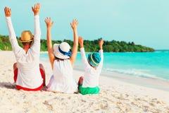 Szczęśliwa rodzina z dziecko rękami up na plaży Obrazy Royalty Free