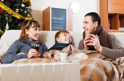 Szczęśliwa rodzina z grzejnikiem Zdjęcie Stock