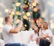 Szczęśliwa rodzina z kamerą w domu Zdjęcie Stock