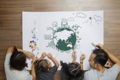 Szczęśliwa rodzina z kreatywnie rysunkowym środowiska eco życzliwym w domu Obraz Stock