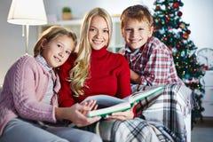 Szczęśliwa rodzina z książką obraz stock