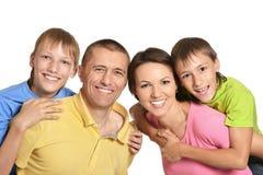 Szczęśliwa rodzina z młodymi dziećmi na białym tle Obraz Stock