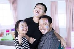 Szczęśliwa rodzina z malującą twarzą Obrazy Royalty Free
