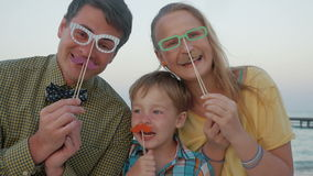 Szczęśliwa rodzina z modnisiów akcesoriami plenerowymi zbiory