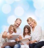Szczęśliwa rodzina z pastylka komputeru osobistego komputerami Zdjęcia Royalty Free