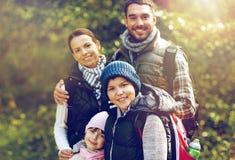Szczęśliwa rodzina z plecaków wycieczkować zdjęcia stock