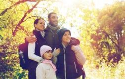 Szczęśliwa rodzina z plecaków wycieczkować Obraz Royalty Free