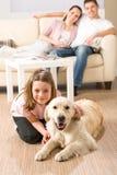 Szczęśliwa rodzina z psem Zdjęcia Royalty Free