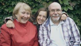 Szczęśliwa rodzina z seniorów śmiać się zbiory wideo
