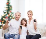 Szczęśliwa rodzina z smartphones Zdjęcie Royalty Free
