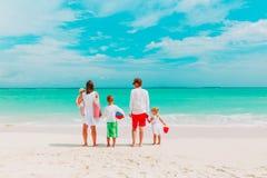 Szczęśliwa rodzina z trzy dzieciakami chodzi na plaży Zdjęcie Royalty Free