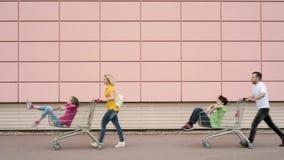 Szczęśliwa rodzina z wózek na zakupy zdjęcie wideo