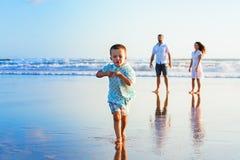 Szczęśliwa rodzina zabawę na zmierzch plaży fotografia royalty free
