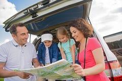 Szczęśliwa rodzinna cieszy się wycieczka samochodowa i wakacje obrazy stock