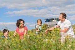 Szczęśliwa rodzinna cieszy się wycieczka samochodowa i wakacje zdjęcia stock