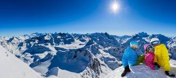 Szczęśliwa rodzinna cieszy się zima być na wakacjach w górach obrazy stock